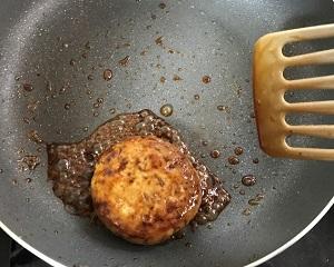 (5)調味料を加え、煮立たせながら絡めているところ