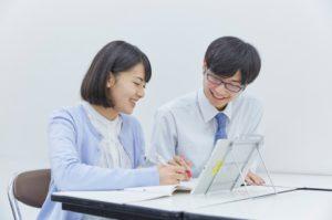 先生と生徒がレッスンしている写真