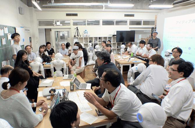 「暮らしのロボット共創プロジェクト」で、介護や開発の当事者を集めてワークショップを行っている様子(写真提供:株式会社たからのやま)