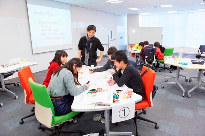 「OPEN-CAMP」では、講師が各テーブルをまわり子どもたちの制作活動の後押しをする