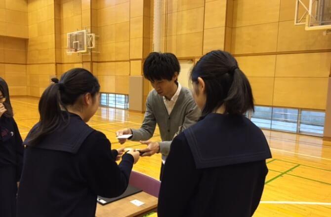 生徒たちにとって初めての名刺交換は、緊張している様子