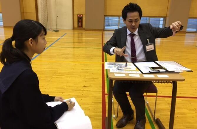 身振り手振りを加えて熱心に説明する、NTTデータシステム技術株式会社の池田鈴太郎さん