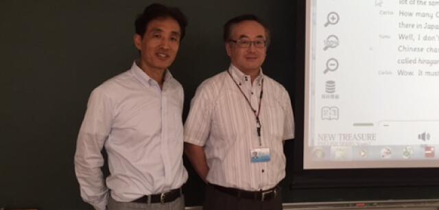英語科 市川 英夫 先生(左)進路部次長 柴田 大介 先生(右)